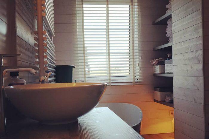houten jaloezieën in tijdloze badkamer