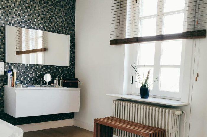 houten jaloezieën in Scandinavische badkamer